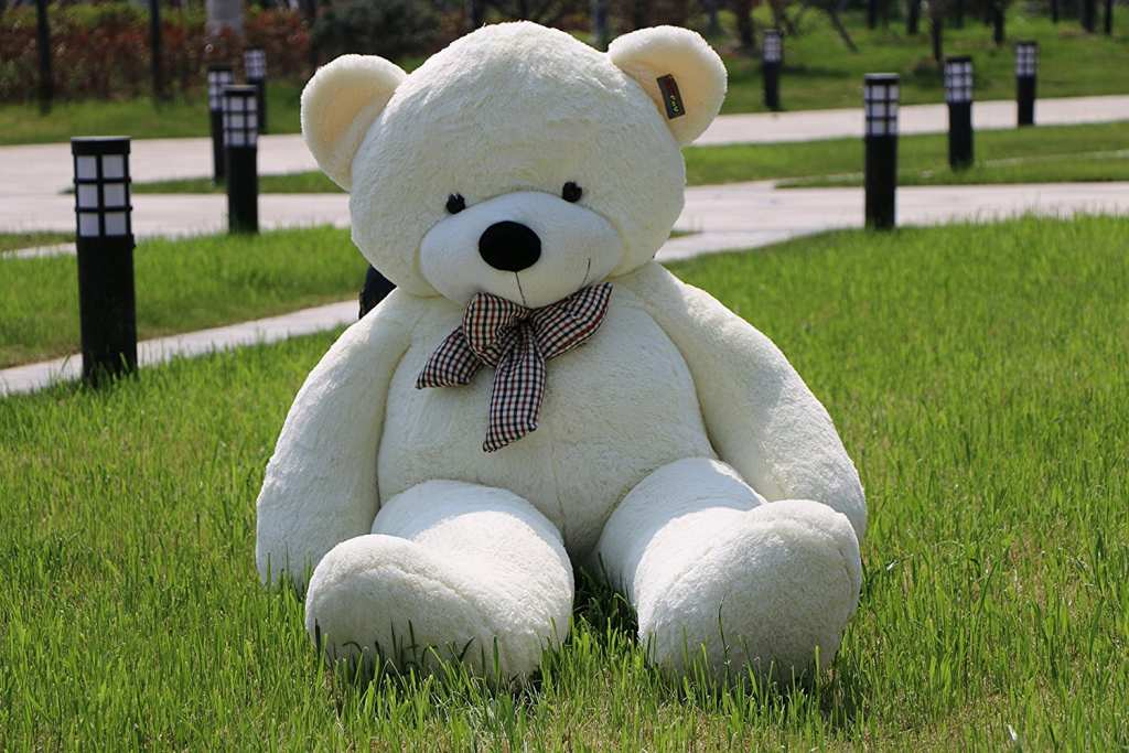 A giant teddy bear from Amazon creates a big stir among thousands of people online