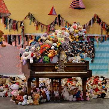 Composer Charlemagne Palestine makes an exhibition with 18 000 stuffed animals